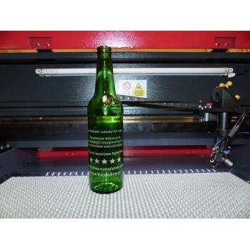 butelka wygrawerowana za pomocą przystawki rotacyjnej